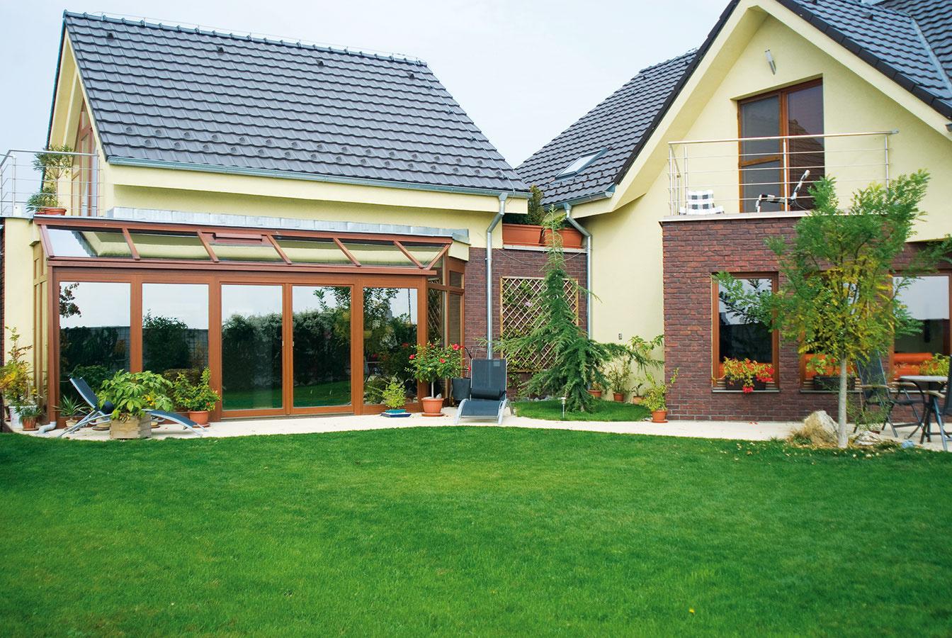 Nadväznosť zimnej záhrady na dom nie je dôležitá len zestetického hľadiska. Ovplyvňuje aj tepelné toky vtomto priestore. Je to jeden zdôvodov, prečo je ideálne odborne naplánovať zimnú záhradu ešte pred dokončením stavby.
