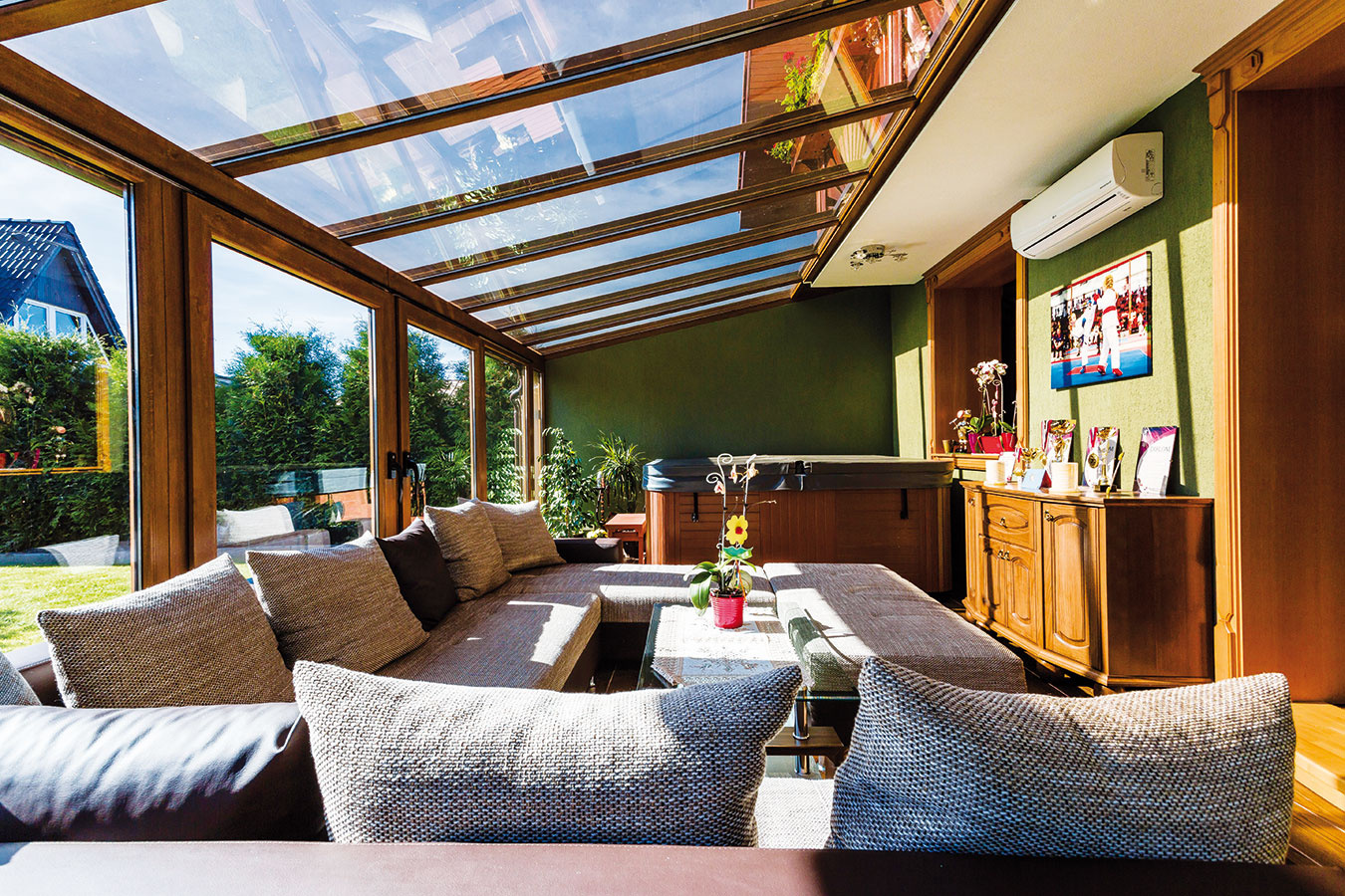 Strmší sklon strechy zimnej záhrady čiastočne odrazí lúče vysokopostaveného letného slnka aobmedzí tak neželané prehrievanie. Sklon aspoň 10° zároveň umožní odtok dažďovej vody.