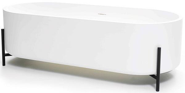 Samostatne stojace vane, ktoré sa stanú dominantou kúpeľne, sú vsúčasnosti veľmi populárne. Zvoliť si môžete napríklad štýlový model na tenkých tmavých nožičkách (foto: www.ex-t.com).