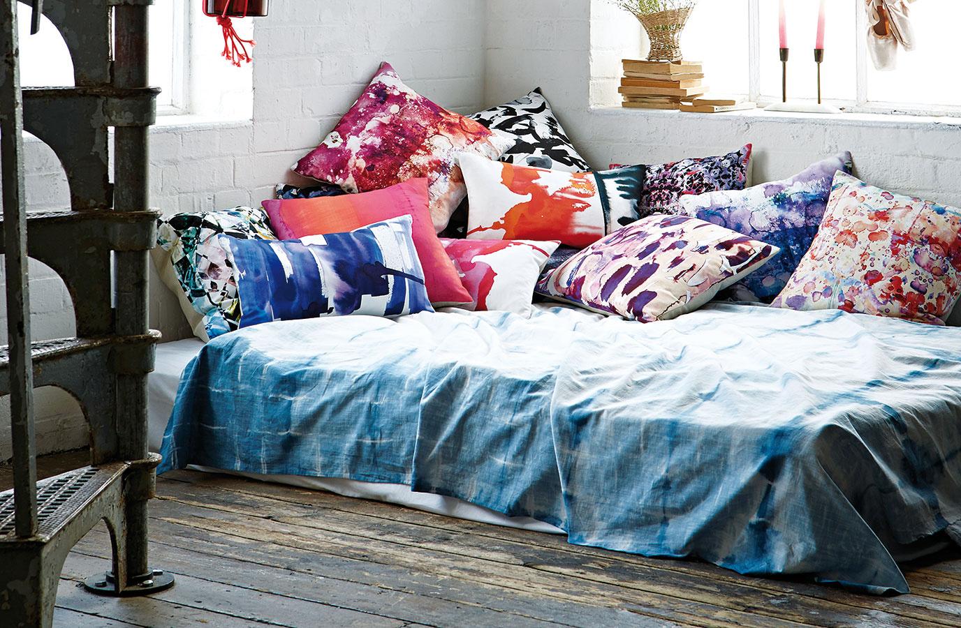 Spánok na akvareloch. Textilné doplnky (predovšetkým vankúše) od dizajnérky Amy Sia inšpirované lupeňmi kvetov, pôsobia zasnene aumelecky. Sú skvelou voľbou ako ozdoba modernej koženej sedačky.