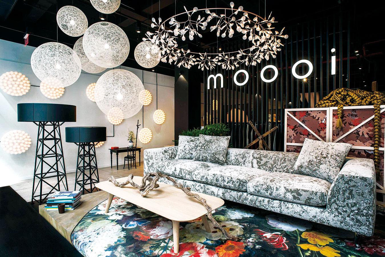 Rajská kráľovná alebo Eden Queen. Koberec vrámci uvedenia značky Moooi Carpets na trh navrhol Marcel Wanders. Fotorealistické vzory sú pre tohtoročnú kolekciu príznačné, ich pôsobenie vinteriéri je umelecké.