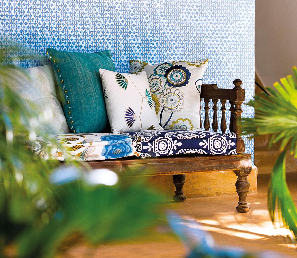 Eklektické výšivky značky Harlequin spájajú tradičné vzory amoderné farby. Svoje miesto zaujmú vtradičnom aj modernom interiéri bažiacom po hravosti. Textílie aj tapety nájdete vštúdiu CYMORKA interior design.