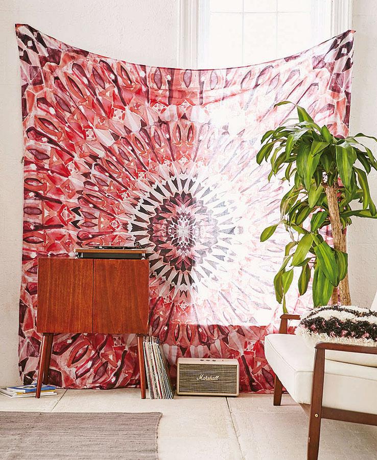 """Magická mandala zdobiaca tapisériu z kolekcie Magical Thinking značky Urban Outfitters je """"boho"""" doplnkom s multifunkčným využitím ako prikrývka, záves alebo deka. Množstvo farieb, vzorov a inšpirácií nájdete na www.urbanoutfitters.com."""