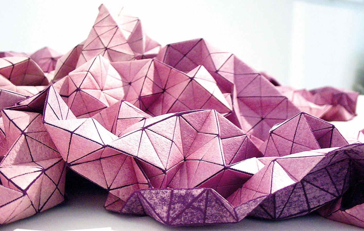 Z plochy priestor.  Princíp polámaných plôch a hra so svetelnými odrazmi dominujú textíliám z kolekcie Folding-a-part značky Mikabarr. Vhodné sú prakticky na čokoľvek, aj obyčajný vankúš vďaka nim bude pôsobiť ako skulptúra.
