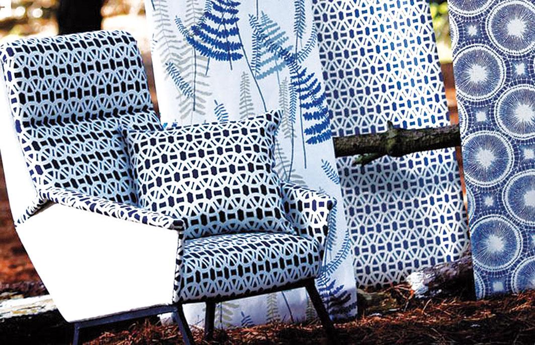 Romanticky vo farbe. Aj klasické kvetinové vzory môžu pôsobiť súčasne, ak sa skombinujú smodernými. Textílie značky Scion predáva CYMORKA interior design.