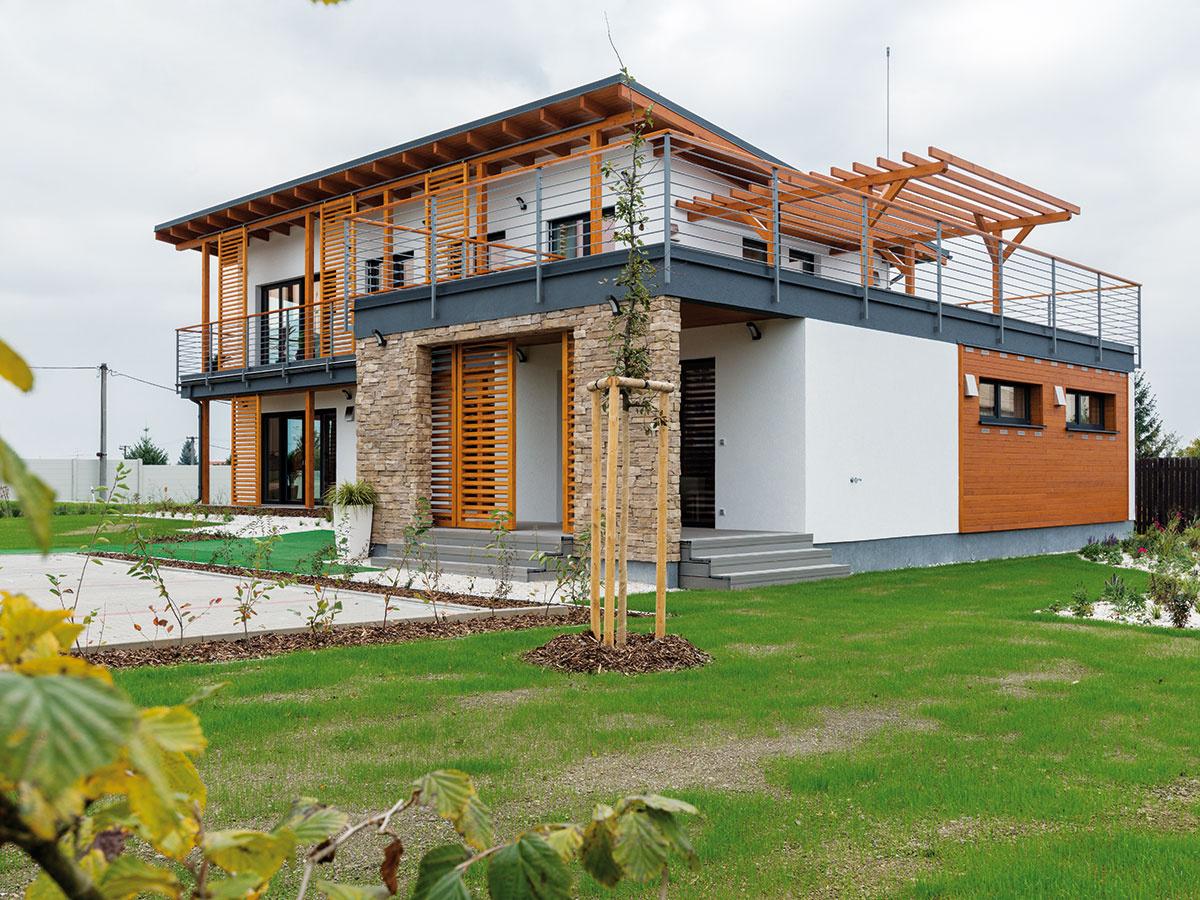 Rodinný dom Jubileum. Jeden zo vzorových domov firmy Atrium si môžete pozrieť vPlzni. Ide omontovanú drevostavbu, ktorá vďaka moderným technológiám – difúzne otvorenej konštrukcii asystému vetrania srekuperáciou – ponúka zdravé, prirodzené aekologické bývanie.