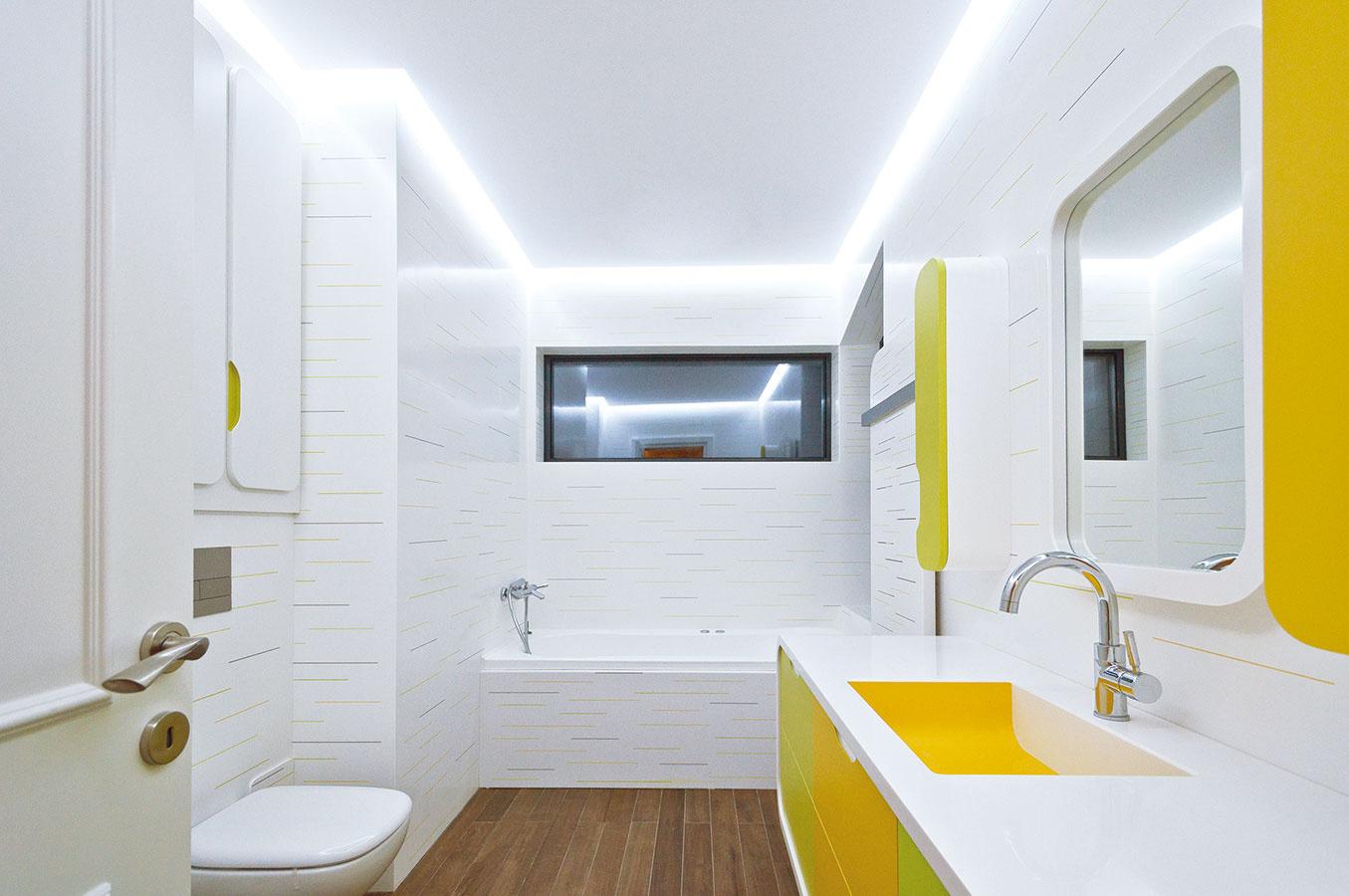 HI-MACS® zvládne jemne bielu kúpeľňu, no aj variant, ktorý prináša záplavu jasných farieb; dizajn navrhol Atvangarde Design Team/Adriana Tihon, interiér realizoval Atvangarde, vyrába LG Hausys, predáva www.polytradece.cz
