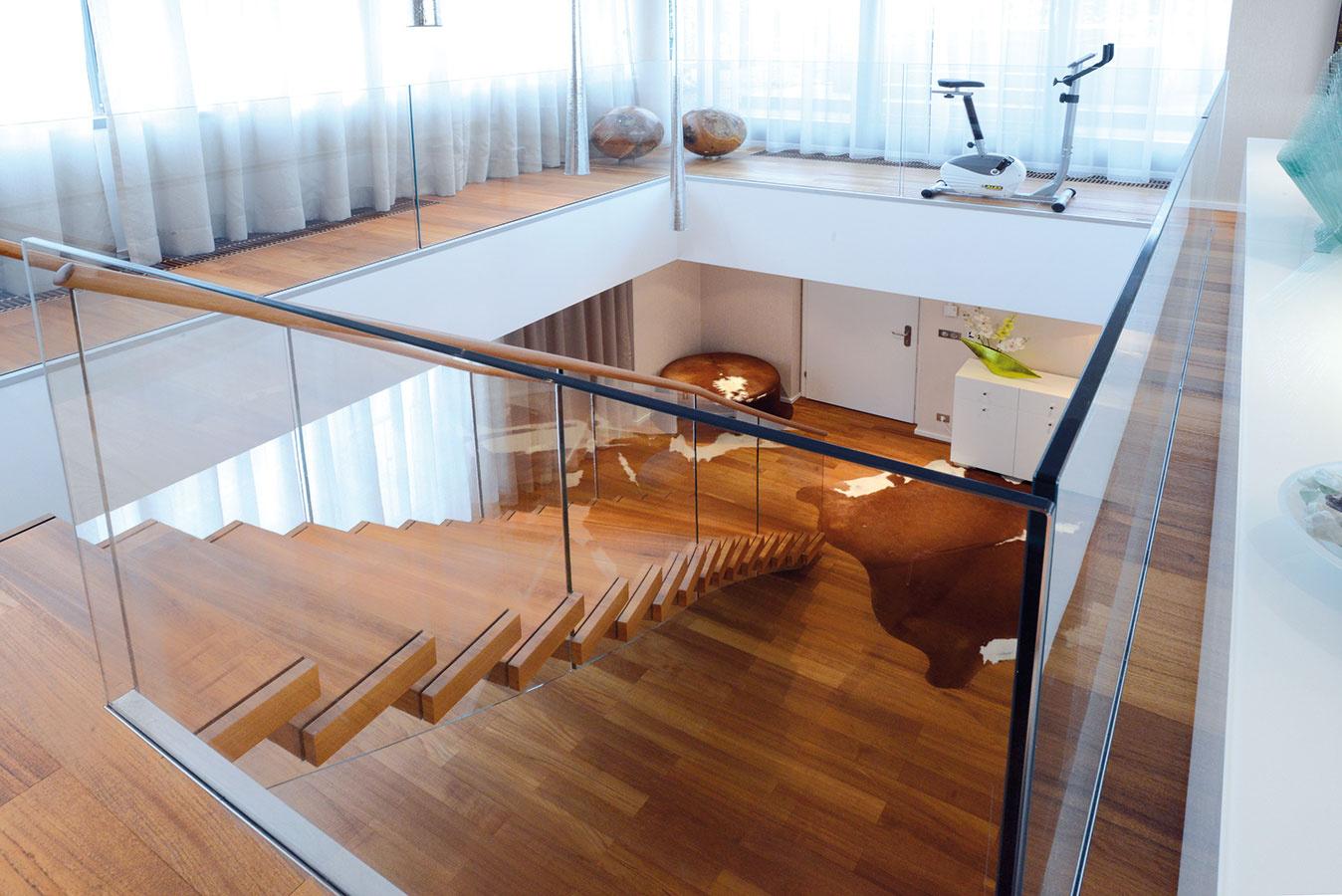 Schodiskový rébus. Zvlnením jednoramenného schodiska sa vytvoril väčší odstup prvého schodu od vchodových dverí. Vstupný priestor haly sa tým uvoľnil azároveň nebol tento zásah na úkor obývačky na poschodí.