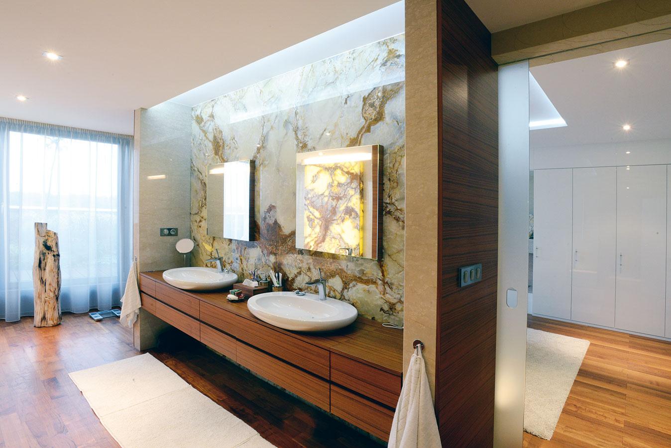 Kúpeľňa en suite. Na spálňu majiteľov priamo nadväzuje elegantná priestranná kúpeľňa. Dominuje jej tíkové drevo, keďže dobre odoláva vode.