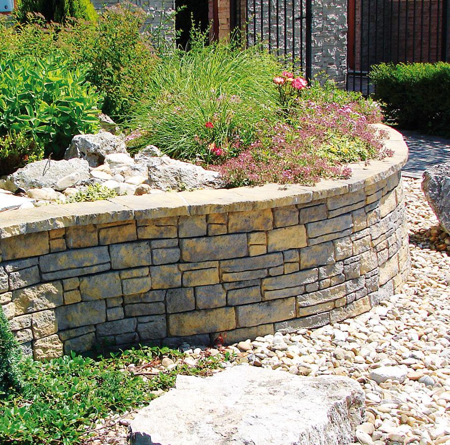 Múr Bradstone Mountain Block od spoločnosti Semmelrock, ktorý vyzerá ako zprírodného kameňa, možno spájať až do výšky 60 cm nasucho. Vďaka štruktúre prirodzene zvetraného povrchu snepravidelne lámanými hranami podčiarkne prirodzený vzhľad záhrady. Jednotlivé prvky sa vyznačujú mrazuvzdornosťou aodolnosťou proti soliam.