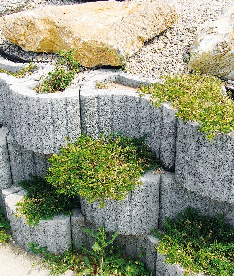 Okrasné betónové tvárnice Dela od spoločnosti Presbeton charakterizuje výrazný hrubozrnný povrch. Použiť ich možno nielen na spevnenie svahu, ale aj na výstavbu okrasných lemov. Tvárnice srozmermi 48 × 32 × 25 cm sú dostupné vtroch farebných vyhotoveniach – prírodná, piesková ahnedá.