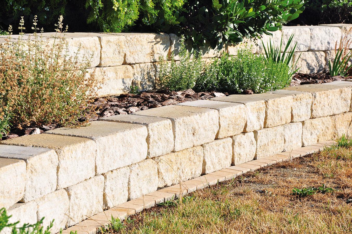 Plotový systém Arcadia stvárnicami nepravidelných tvarov od spoločnosti City Stone Design čerpá inšpiráciu vantike. Systém pozostáva zdeviatich formátov plných betónových blokov od rozmeru 22,5 × 25 × 7,5 do 45 × 25 × 22,5 cm, ktoré sú vponuke vštyroch farebných vyhotoveniach. Jednotlivé bloky možno spájať lepidlom alebo maltovou zmesou.