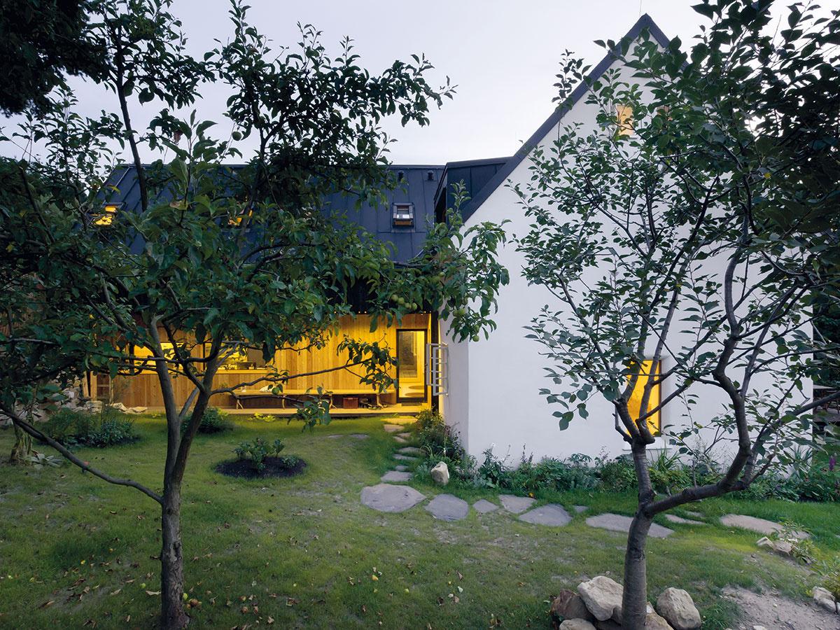 """Kompozícia do kríža člení dom na súkromnú a verejnú časť, zároveň podobne delí aj záhradu. Pôvodný dom je akousi bariérou, ktorá """"chráni"""" súkromnú zónu za ním."""