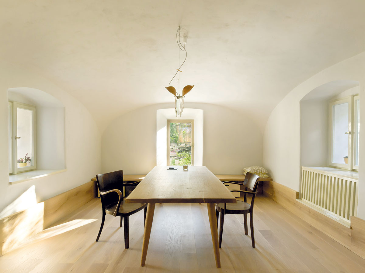 Jedáleň je zariadená jednoducho ačisto, ale prakticky. Drevená podlaha pokračuje až na steny atvorí tak sokel, ktorý nadväzuje na lavicu pod oknom.