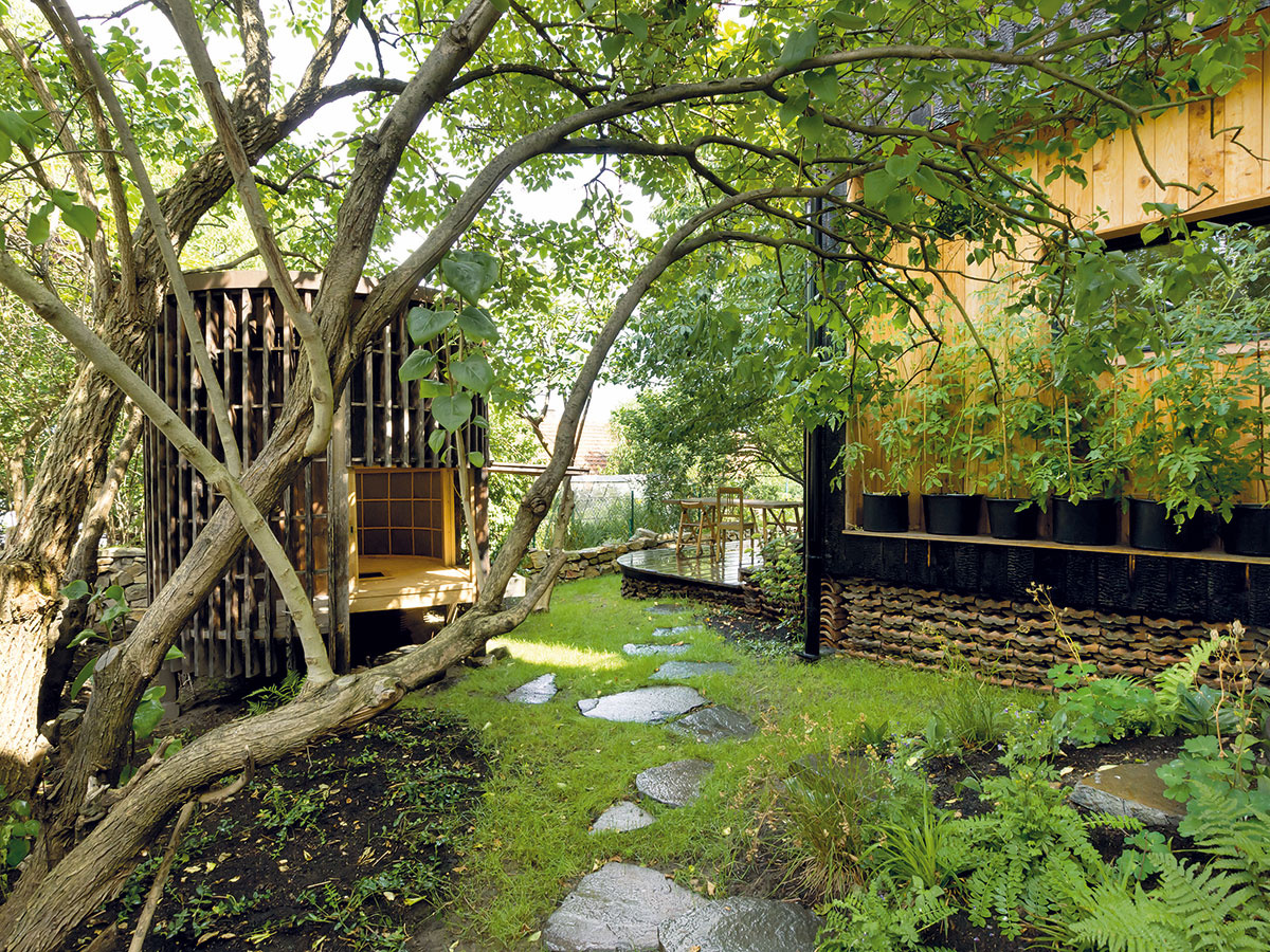 Diplomovky uvedené do života. Prestavbu domu navrhla Lenka vroku 2008 ako svoj diplomový projekt, Davidovou diplomovkou bol čajový domček, drevená stavba inšpirovaná Japonskom, ktorá stojí vzáhrade za domom.