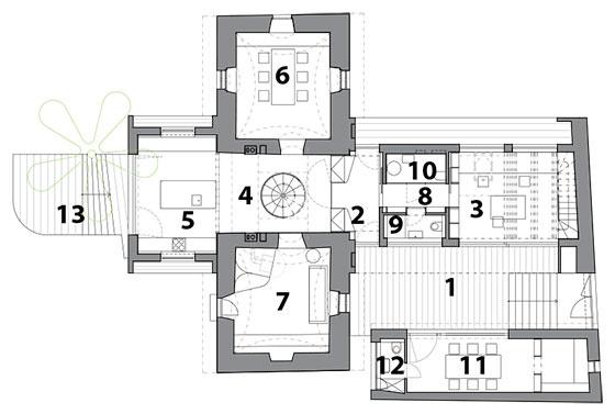 Prízemie – nový stav 1 dvorček, 2 vstup, 3 ateliér, 4 hala, 5 kuchyňa, 6 jedáleň, 7 obývačka, 8 chodba, 9 WC, 10 technická miestnosť, 11 zasadačka, 12 WC, 13 terasa