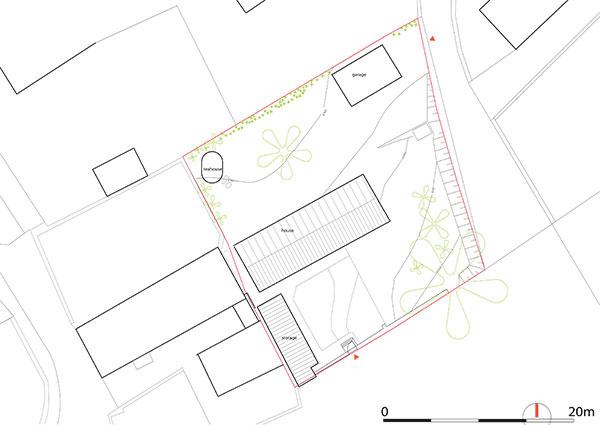 Situácia – pôvodný stav. Tradičný vidiecky dom na obdĺžnikovom pôdoryse bol zastrešený sedlovou strechou, pred ním bol dláždený dvor apri západnom okraji pozemku hospodárska stavba.