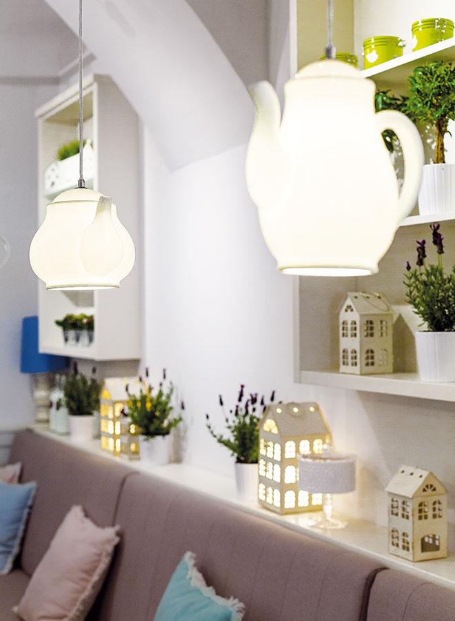 Drevené obloženie stien je nielen praktické, vďaka jeho klasickému vzhľadu pôsobí priestor útulnejšie. Okrem iných dekorácií tu našlo svoj domov aj množstvo rôzne veľkých lampášov vtvare domčeka. Rozžiarené čajovou sviečkou zohrejú priestor aj počas zimných večerov.
