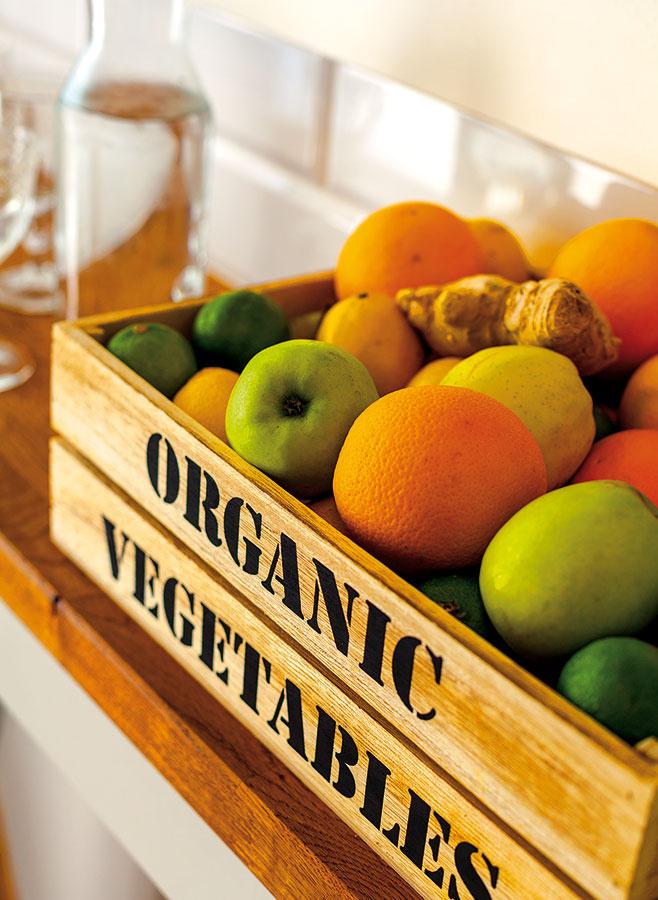 Na detailoch záleží a preto namiesto plastovej misy umiestnite ovocie či zeleninu do štýlovej drevenej debničky alebo prúteného košíka, ktoré navyše takmer nič nestoja.