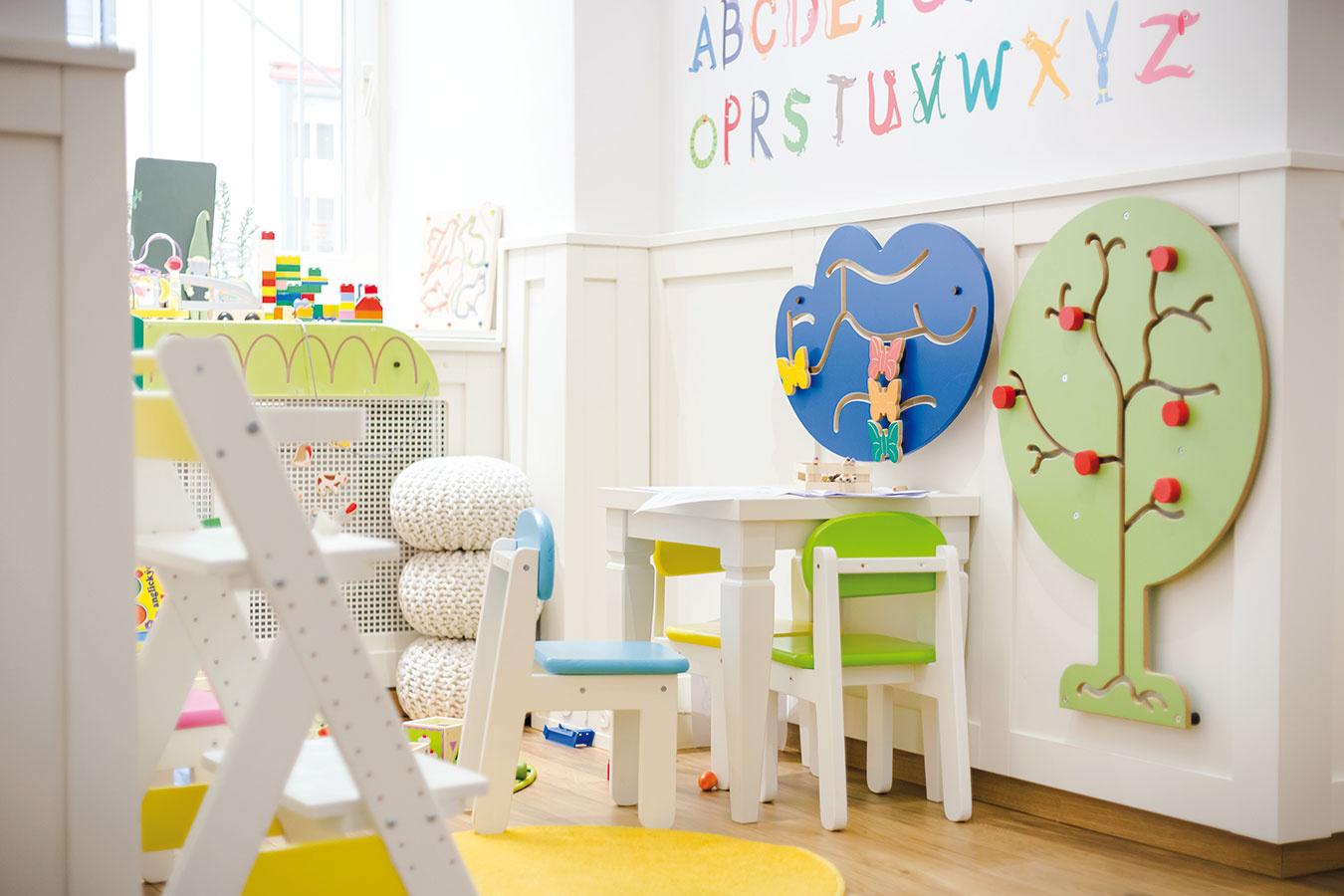 Detský kútik je dielkom majiteľky ajej dcéry. Po výbere praktického nábytku do malého posedenia vybrali farby astoličky spoločne ich natreli. Drobná herňa môže byť inšpiráciou pre nejednu detskú izbu.
