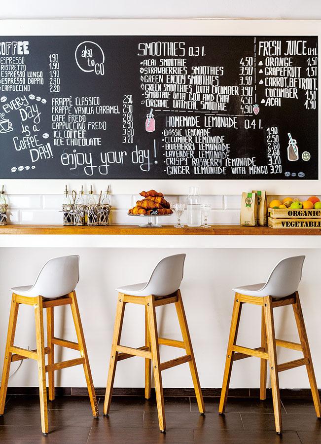 Barové stoličky smasívnejšími drevenými nohami asubtílnejšou sedacou časťou zpolykarbonátu sú šarmantným kusom nábytku. Kombinácia ostrých hrán aoblých tvarov, bielej adreva bude svedčať modernému aj vintage interiéru.