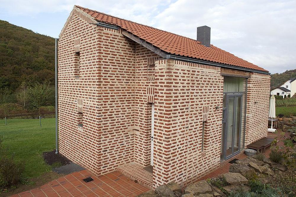 Tehlový dom vo veľkosti dvojizbového bytu