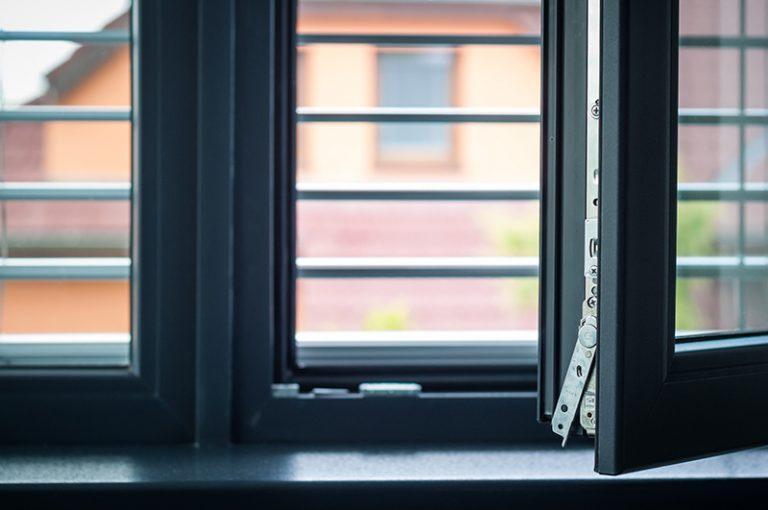 Trendom sú kompletne sivé PVC okná