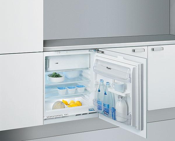 Vmalých bytoch treba dômyselne ukryť množstvo úložných priestorov. Malá chladnička je na takéto riešenie ako stvorená.