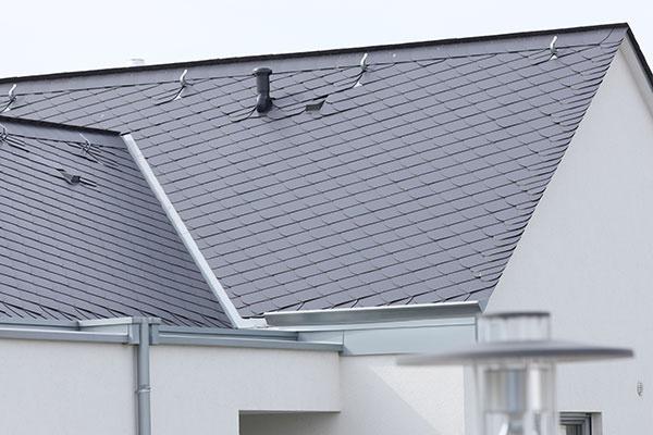 Betónová strešná škridla Euronit s tradičným tvarom a špeciálnou odolnou povrchovou úpravou Duratop sa vyznačuje vysokou odolnosťou proti UV žiareniu. Špeciálne pod uhlom zvýšené bočné drážky zaisťujú vyššiu ochranu pred vetrom hnaným dažďom či prachovým snehom.