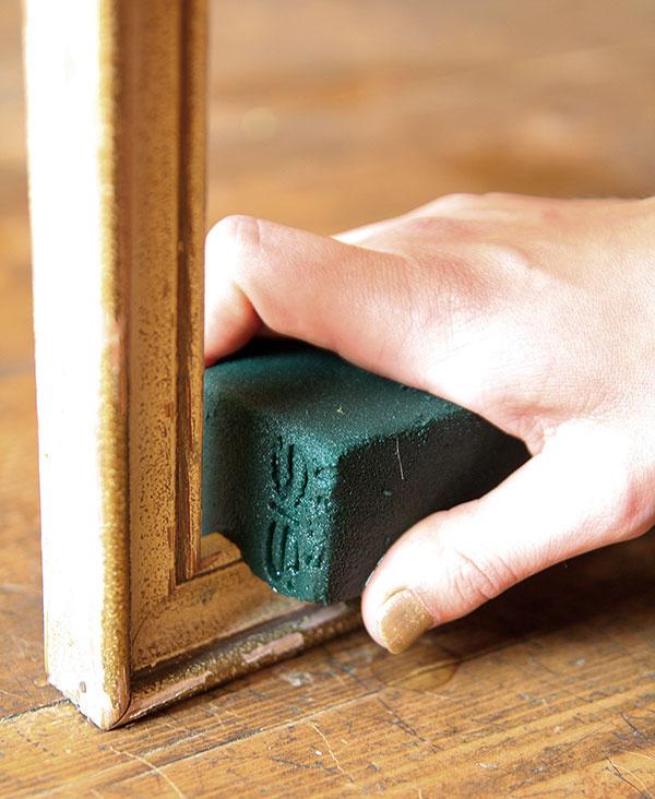 Hranol namočenej aranžérskej hmoty (ideálne je, ak je vopred namočený 24hodín vo vode) umiestnite do rohu rámika ajemne ho zatlačte.