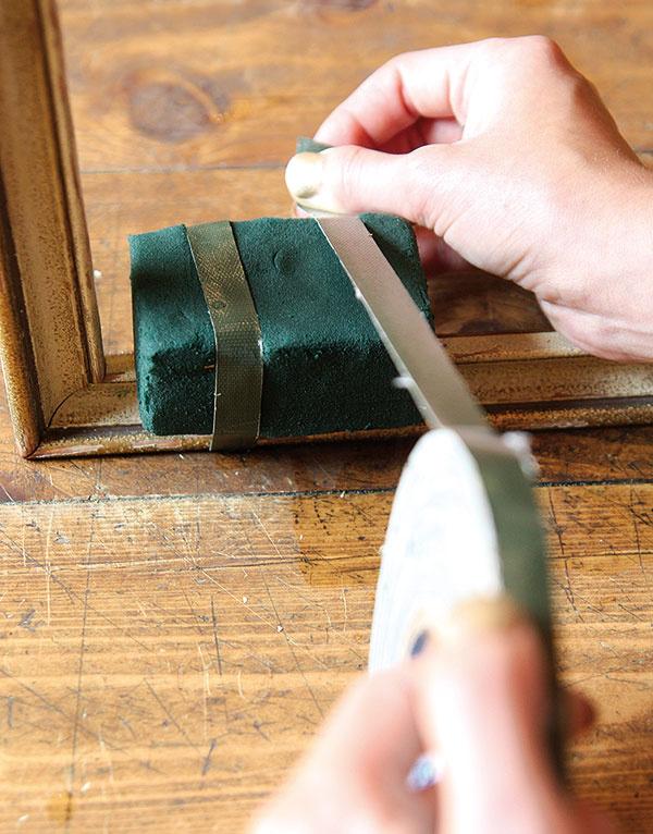 Okolo hmoty obmotajte na dvoch miestach aranžérsku pásku – hmota tak získa potrebnú stabilitu.