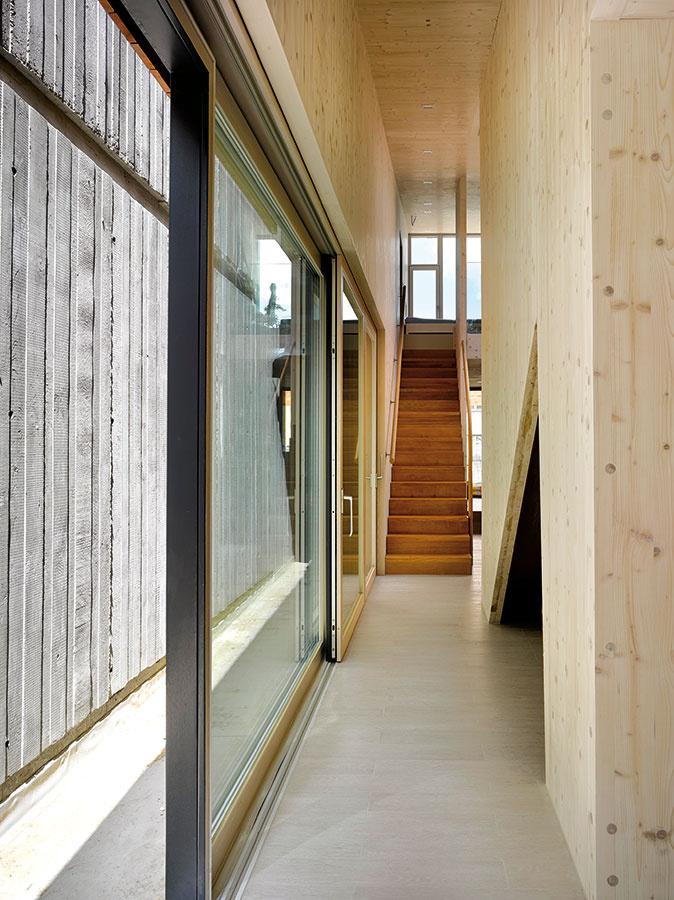 Zmasívneho dreva. Konštrukciu stavby navrhli architekti zmasívnych drevených panelov, ktoré zároveň vytvorili konečnú interiérovú úpravu stien astropov.