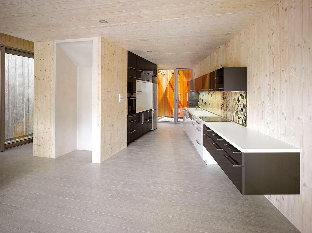 Využitá parcela. Miesto medzi bočnými stenami, sledujúcimi hranice úzkej parcely, architekti dôsledne vyplnili jednotlivými fukčnými zónami domu. Vznikli tak dynamicky aj pokojne tvarované priestory ainteriér plný originálnych zákutí.