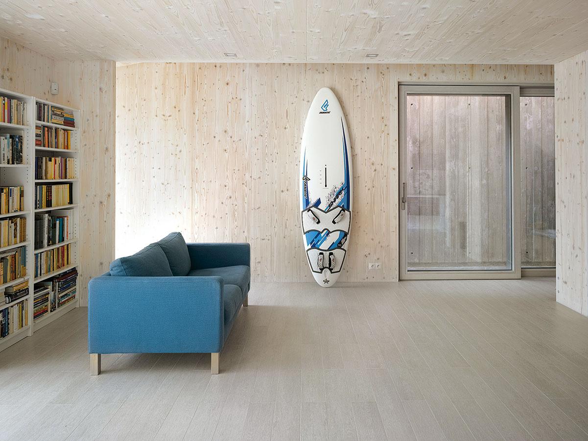 Na drevenom pozadí. Charakteristický vzhľad dodali priestorom vdome masívne drevené panely moderného konštrukčného systému NOVATOP. Jemná štruktúra drevených povrchov vytvorila pozadie pre každodenný život obyvateľov.