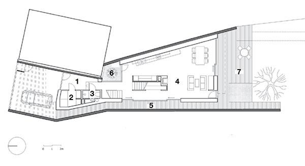 Pôdorys prízemia 1 predsieň  2 technická miestnosť 3 kúpeľňa 4 otvorený obytný priestor (62 m2) 5 priechod 6 átrium 7 terasa