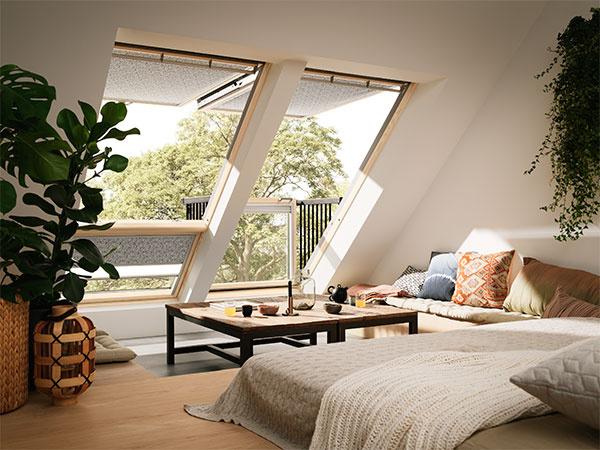Otváranie strešného balkóna je jednoduché: stačí najprv otvoriť horné okno a potom potlačiť spodnú časť.