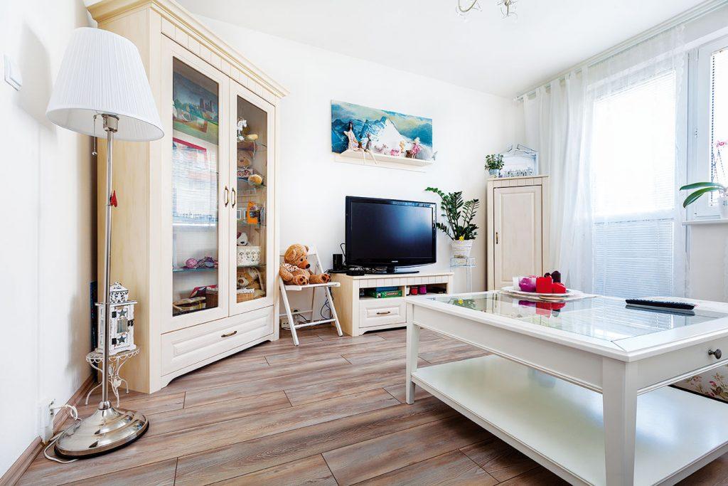Ružový byt v Bratislave s jasne ženskými prvkami a šarmom vidieka