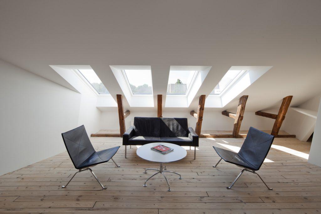 Pomocou flexibilných priečok si umelec mení svoj loft podľa potreby