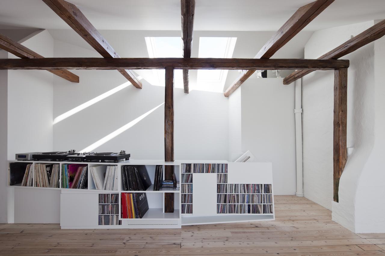 Nadčasovým prvkom v prevažne bielom interiéri sú pôvodné podlahy a odhalené trámy.