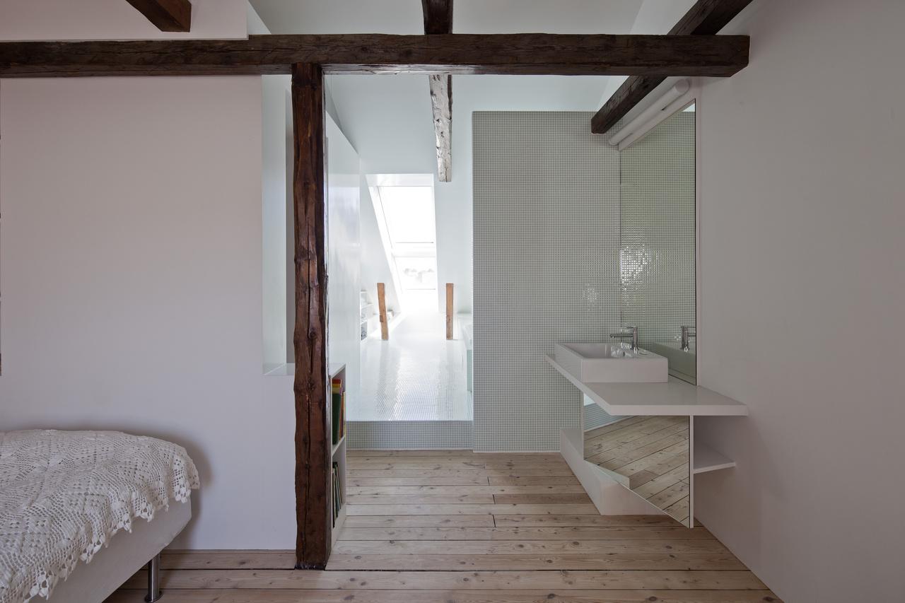 Vertikálne kombinované strešné okná VELUX presvetľujú kúpeľňu a sú zárukou spoľahlivej výmeny vzduchu.