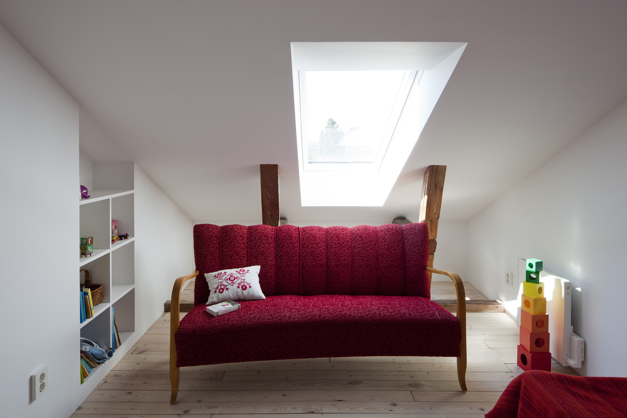 Interiér dopĺňajú aj nábytkové solitéry, ktoré svojou farebnosťou vytvárajú príjemný kontrast.