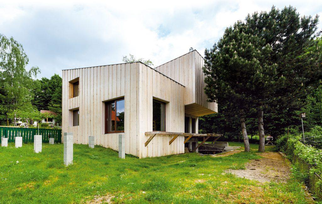 V Borinke si mladý pár nechal prestavať murovanú chatu na drevodom