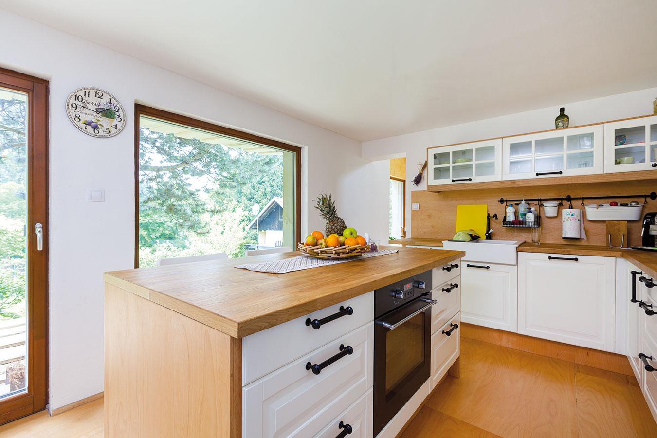 Južne orientovaná kuchyňa dýcha vtôni borovíc. Linka sbielymi čelami sa elegantne vymanila zdrevenej nálady stien, podlahy astromov za oknom. Vzime sem zasvieti nízke slnko apríjemne prehreje interiér. Vlete zasa vďaka boroviciam nepotrebuje špeciálne tienenie.