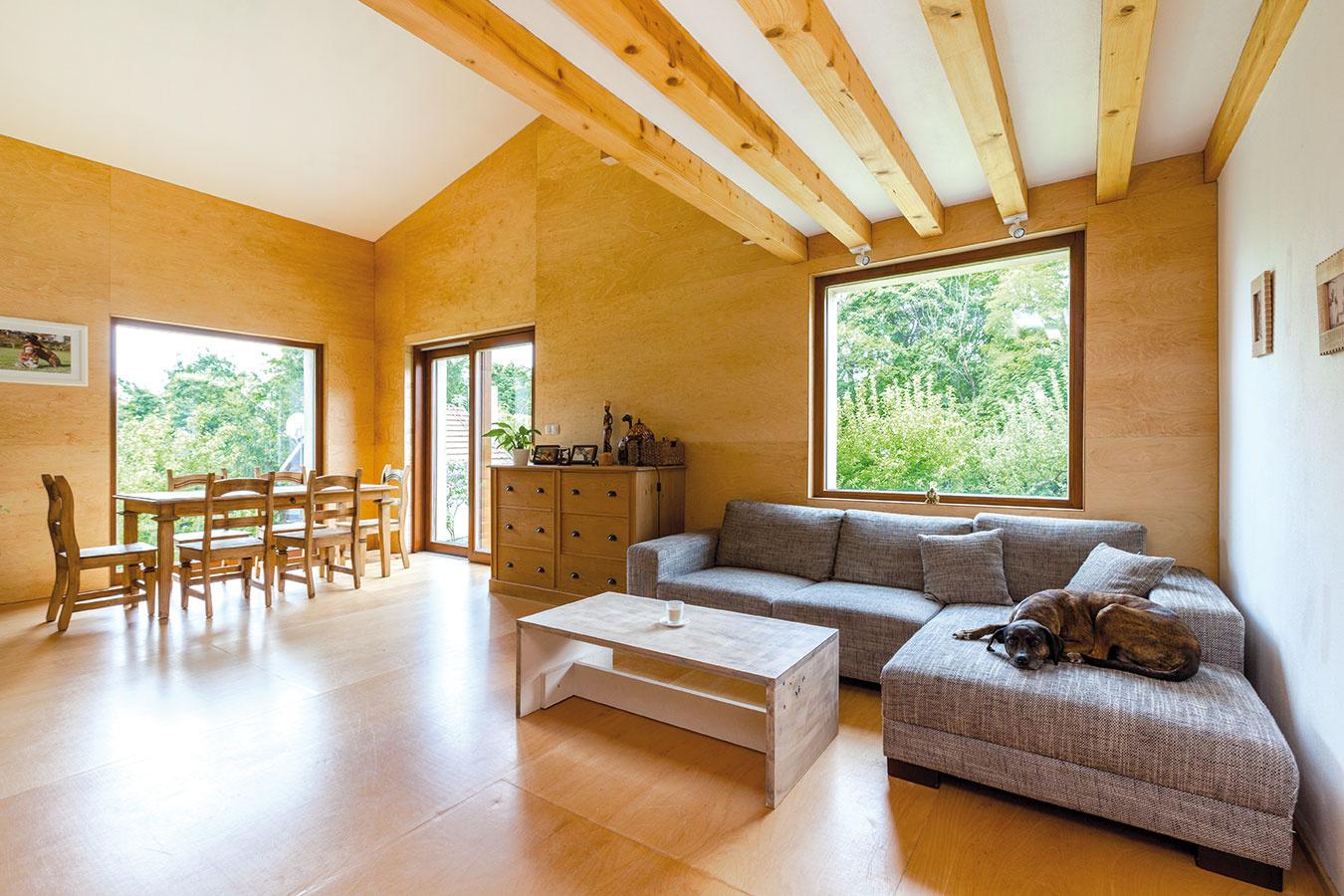"""Jedálenskému kútu vo veľkoryso zasklenom priestore dominuje rustikálne """"strihnutý"""" stôl astoličky. Vtakto presvetlenej miestnosti nepôsobí množstvo drevených prvkov zaťažujúco."""