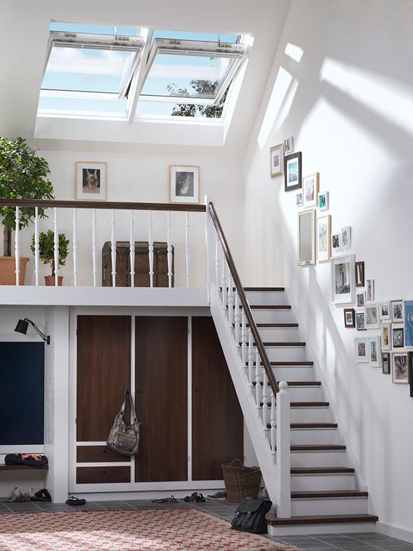 Vstavané skrine sú praktickým úložným priestorom nielen v menších, ale aj v priestrannejších chodbách.