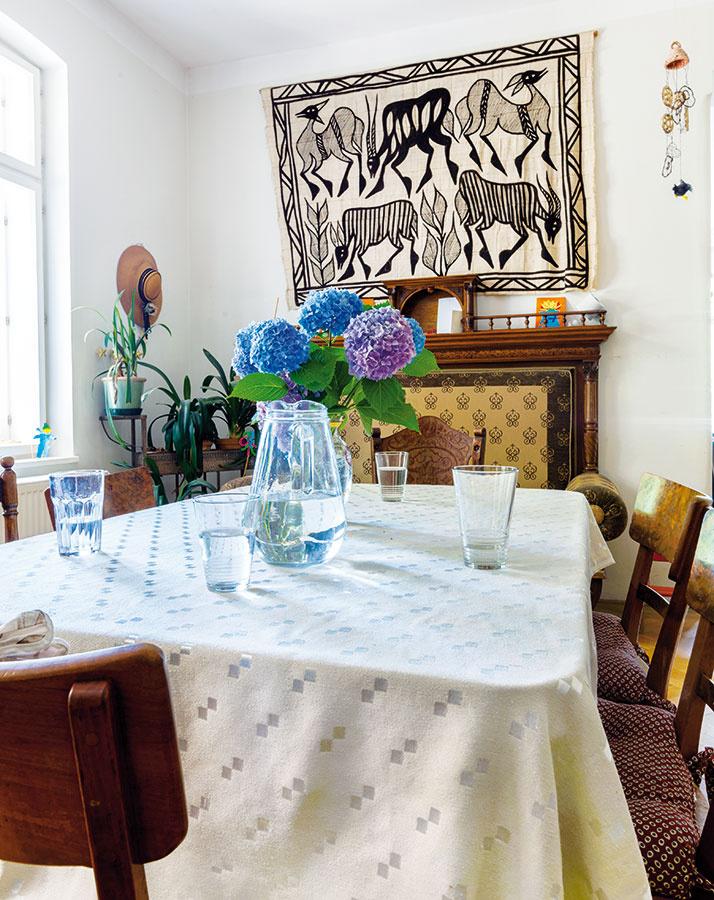 Vroku 1928 mala vila priestrannú logickú dispozíciu. Tú noví majitelia postupne objavovali pri rekonštrukcii. Vsúčasnom štýle si zariadili len kuchyňu, inak sa zabývali snábytkom po prarodičoch alebo kúskami zbazárov aciest po Afrike.