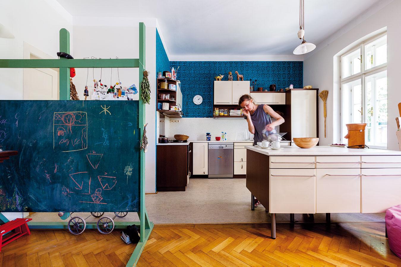 Ku kuchyni nevyhnutne patrila ťažšia maľovka. Po otvorení dispozície poschodia potrebovala stena nad kuchynskou linkou opticky pritiahnuť do stredu priestoru. Na tabuli zučňovského strediska Reidrovej továrne si deti precvičujú úlohy afantáziu.