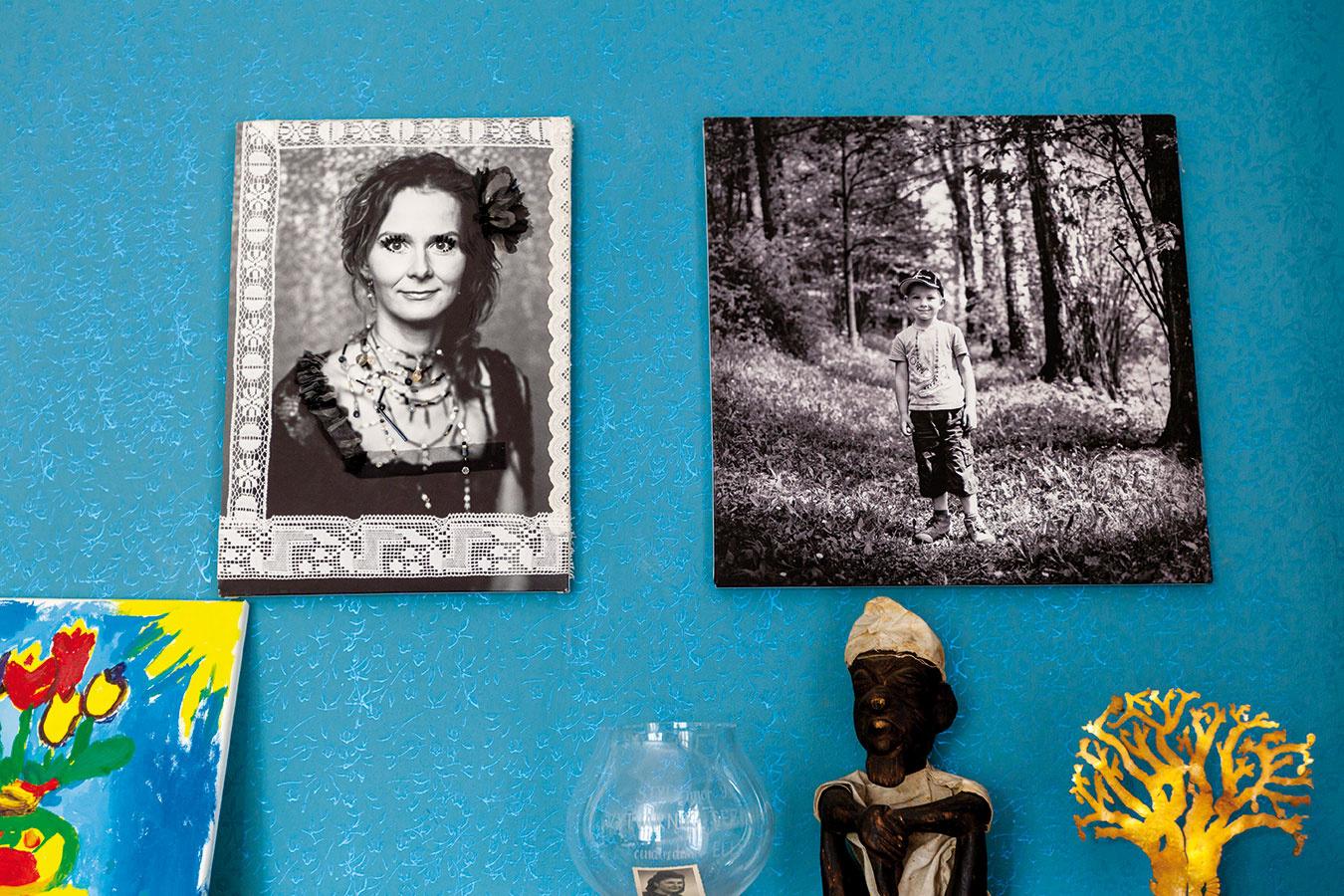 Zo stien sa prihovárajú éterické fotografie Dity Pepe. Jedna znich spodobuje portrétovanú Ladu akoby vinom čase, Ladine korálikové ačipkované aplikácie vkomponované do fotografie posúvajú čas do priestoru.