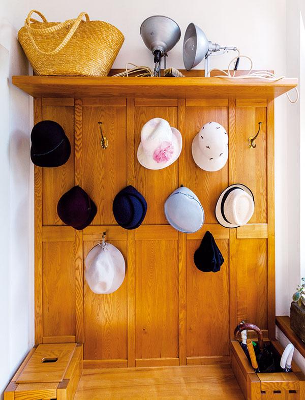 Vo vstupnej chodbe sú klobúky zLadinej zbierky. Nimi si svoj outfit dolaďujú všetci členovia rodiny.