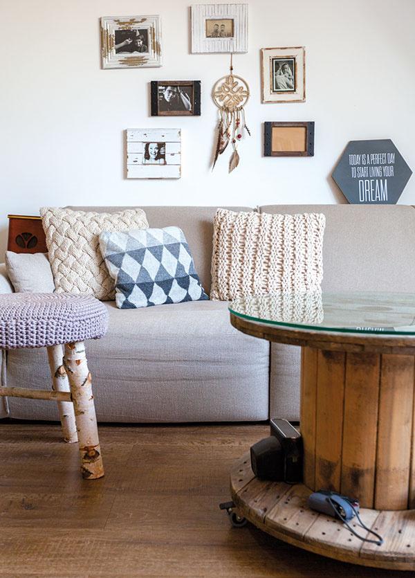 Manželia siahli po prírodných materiáloch a obývačku si zariadili svojpomocne